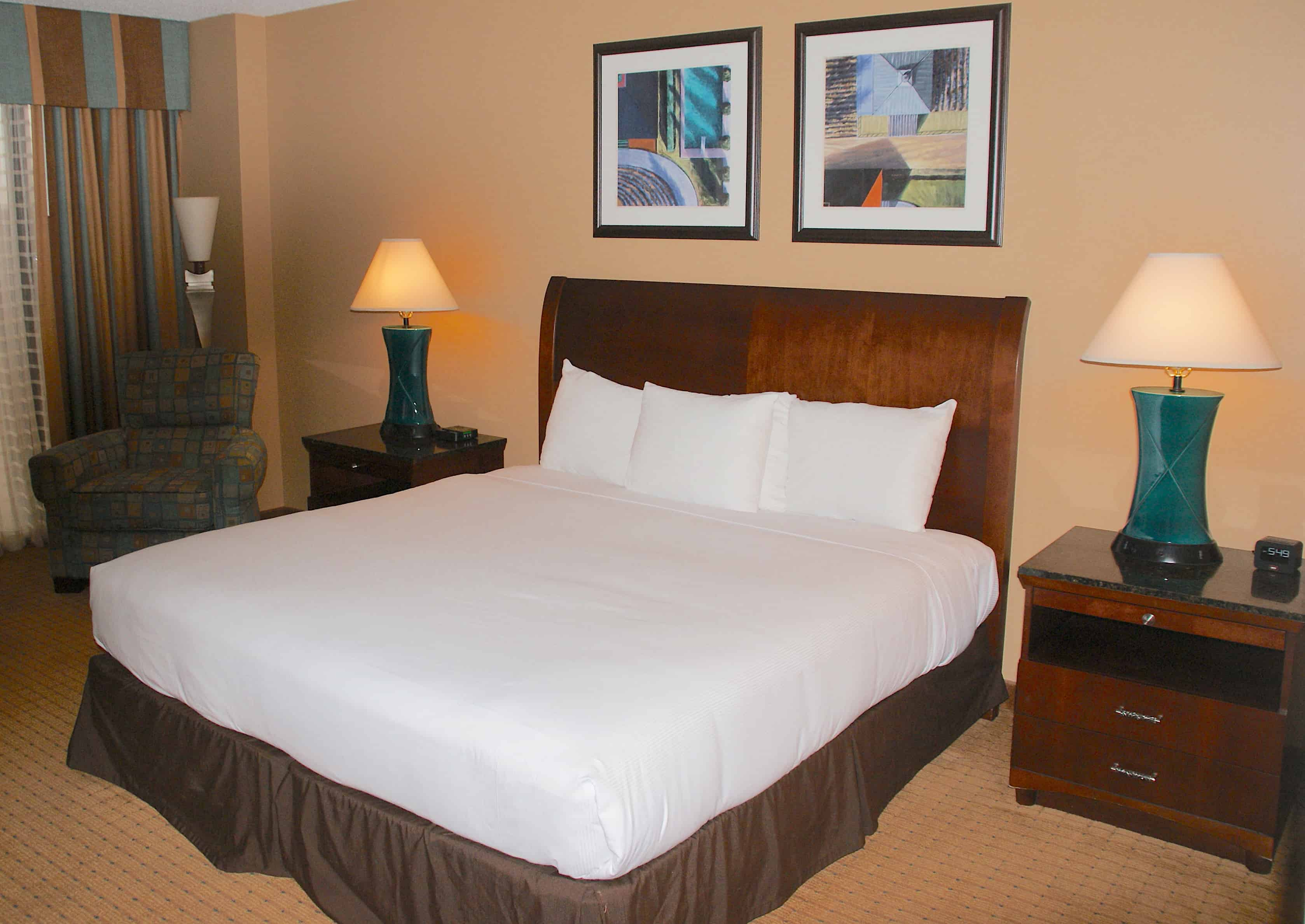 DoubleTree by Hilton Houston Downtown Guest Bedroom